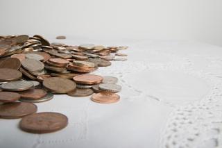 桌布上的一堆零钱