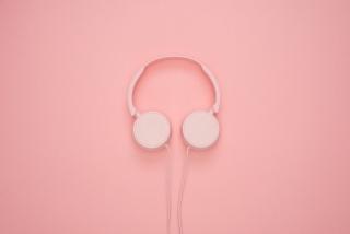 头戴式粉色音乐耳机图片