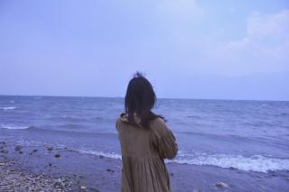 海边的少女背影