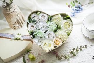 心形盒装粉色玫瑰康乃馨永生花摄影图