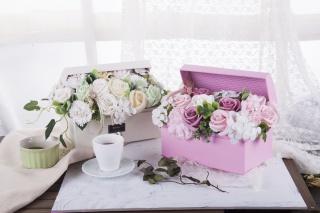 摄影图方盒装白色黄色玫瑰永生花