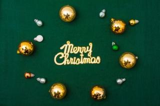 墨绿色背景上的圣诞圆球