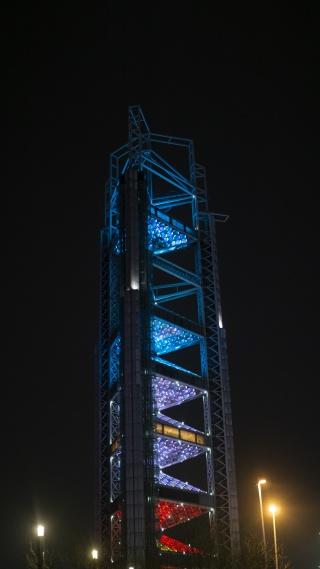 北京奥运会玲珑塔地标建筑夜景图片