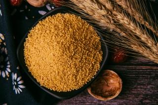 一碟子小米粗粮摄影图
